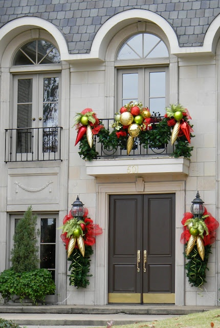 cool-christmas-balcony-decor-ideas-17