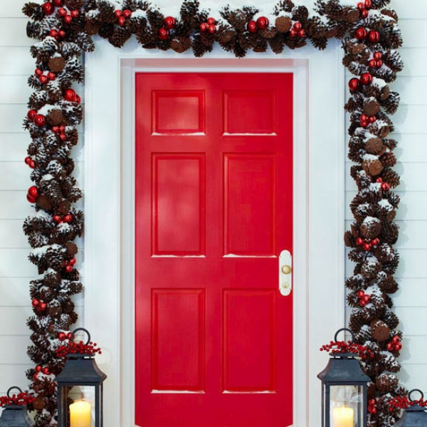 Exterior-Christmas-Decoration-Ideas-with-Door-Garland.