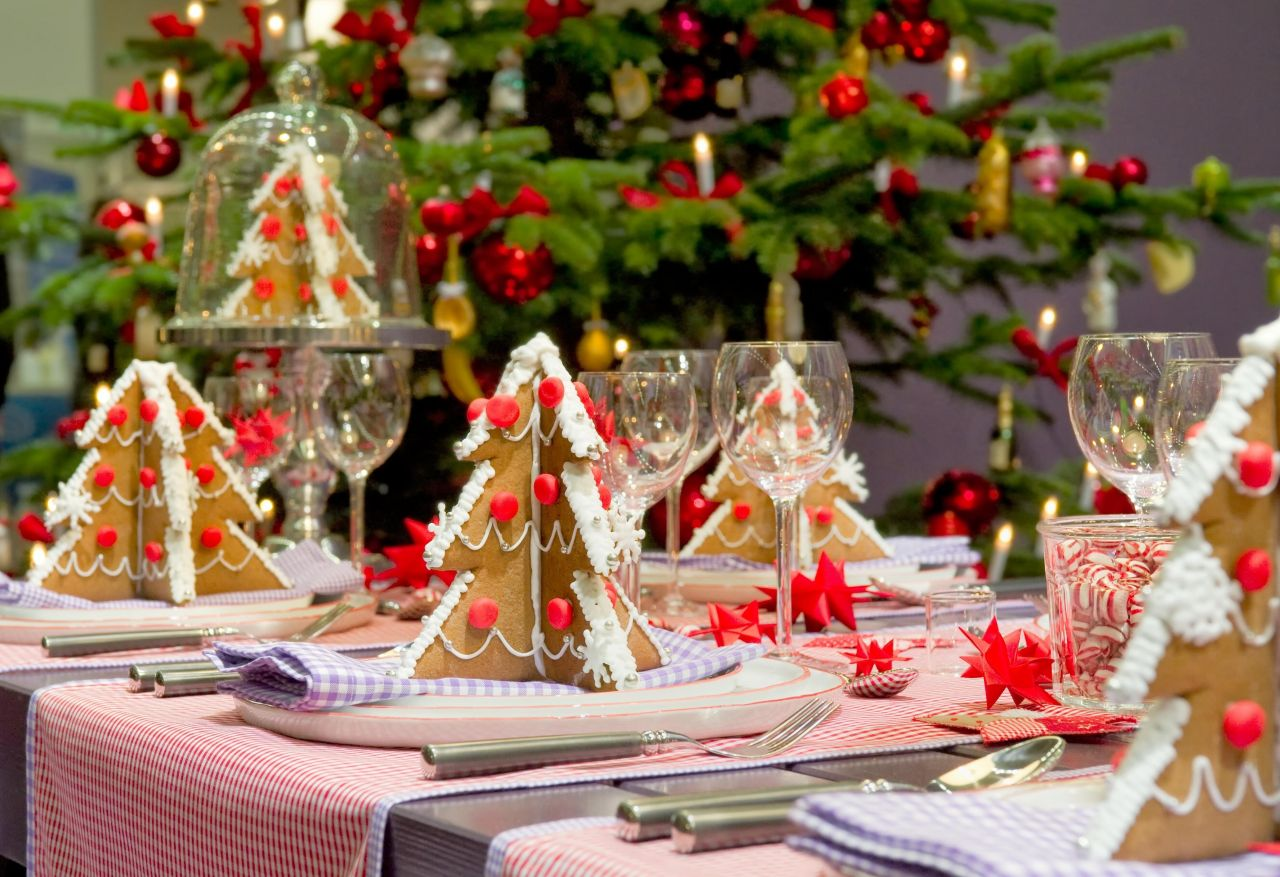 20 most amazing christmas table decorations for Decoration avec des roses