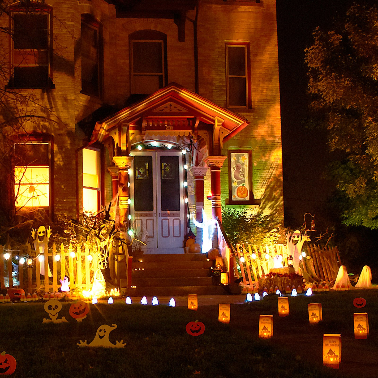Spooky outdoor decorations for the halloween night for Yard decorations ideas