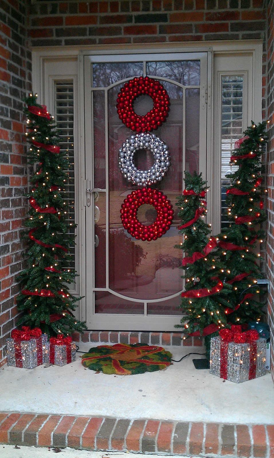 Beautiful outdoor christmas porch decoration ideas Outdoor christmas decorations designs
