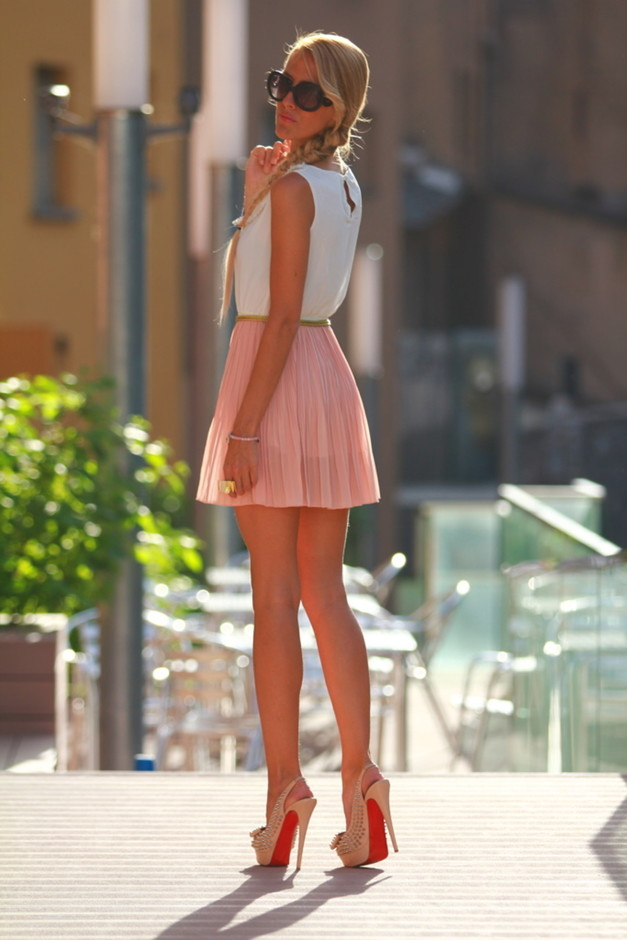 Pleated-Skirt-Outfit-Idea-for-Young-Women.