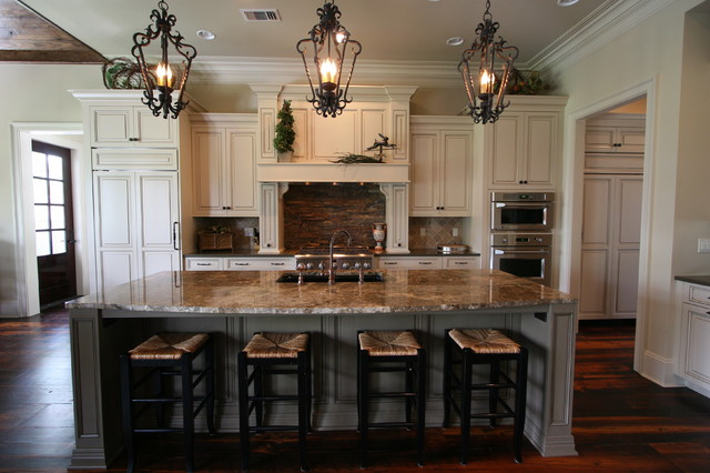 25 traditional kitchen designs for a royal look for Traditional home kitchen ideas