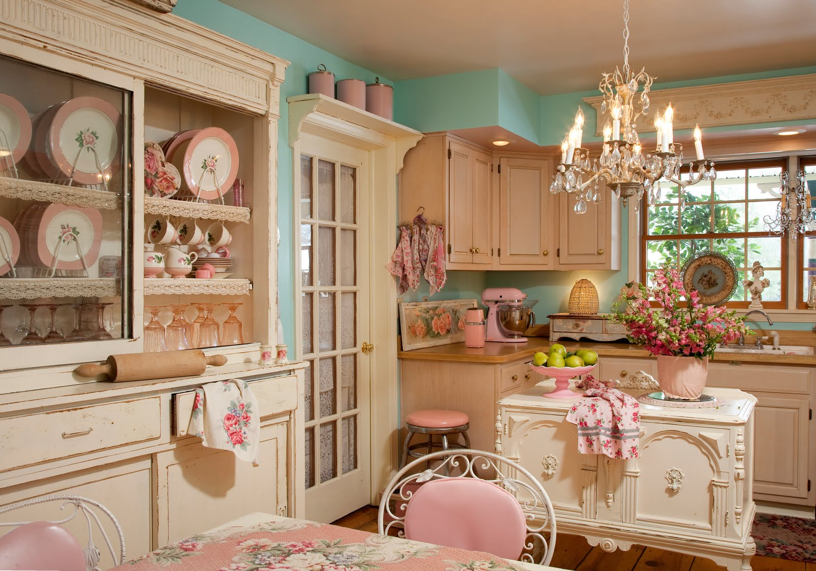 Kitchen-Decor-Chandelier-Shabby-Chic-Ideas.