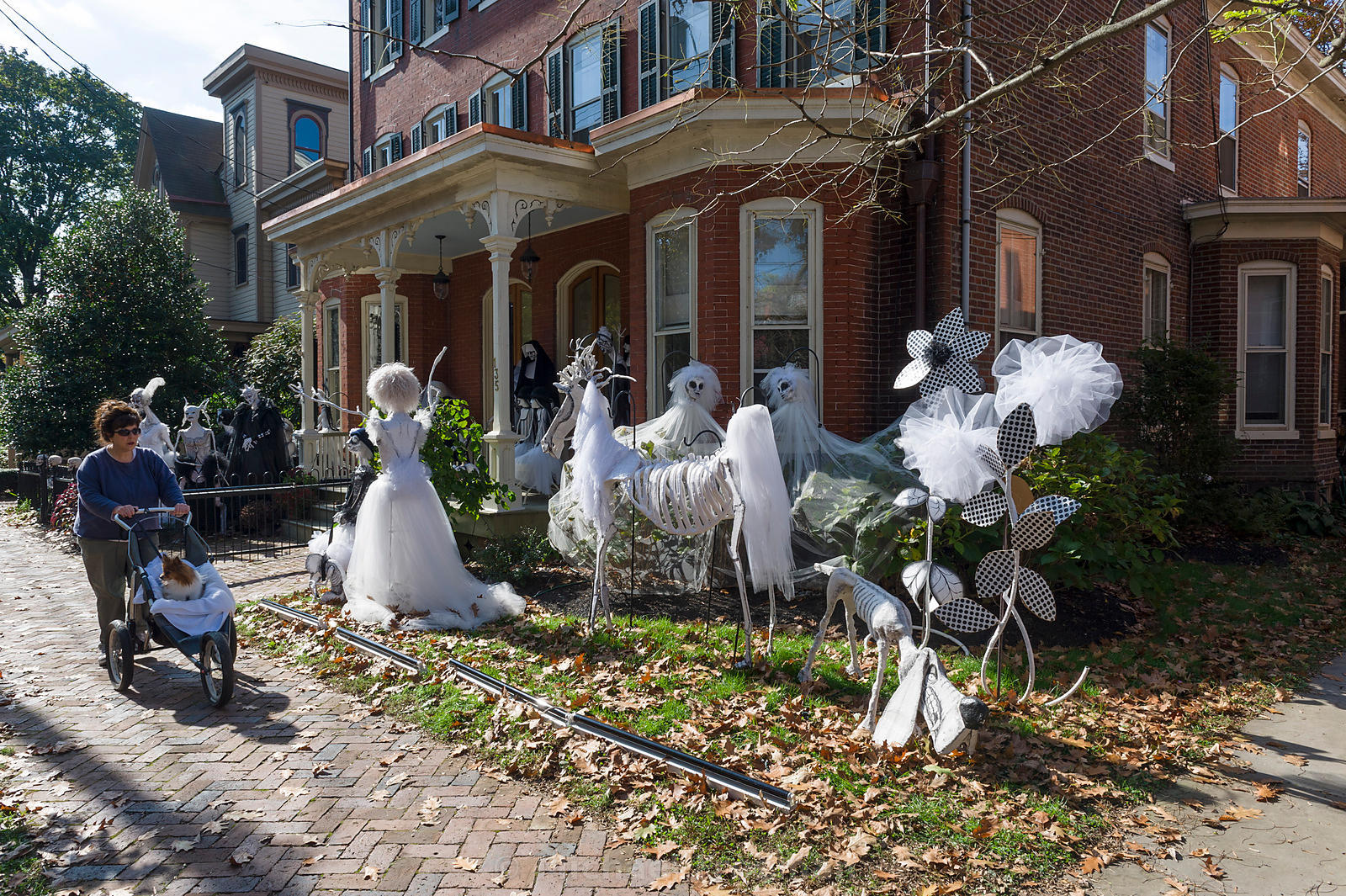 48 creepy outdoor halloween decoration ideas for Deco exterieur halloween