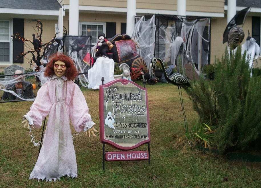 scary-halloween-yard-decoration-with-scary-doll-and-spider-net-replica-also-bat-replica-and-ither-halloween-ornament-