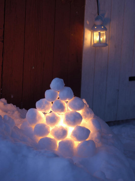 outdoor-christmas-decoration-ideas-snow-balls-lamp-pileD