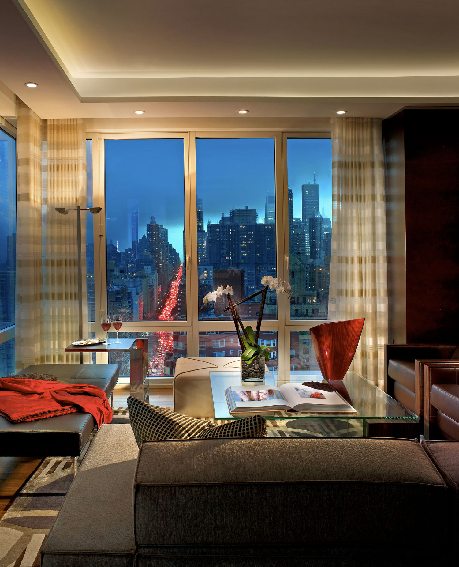 beautiful-view-of-city-skyline-from-modern-living-room-penthouse-apartment-New-York-with-cozy-seating-design-ideas.